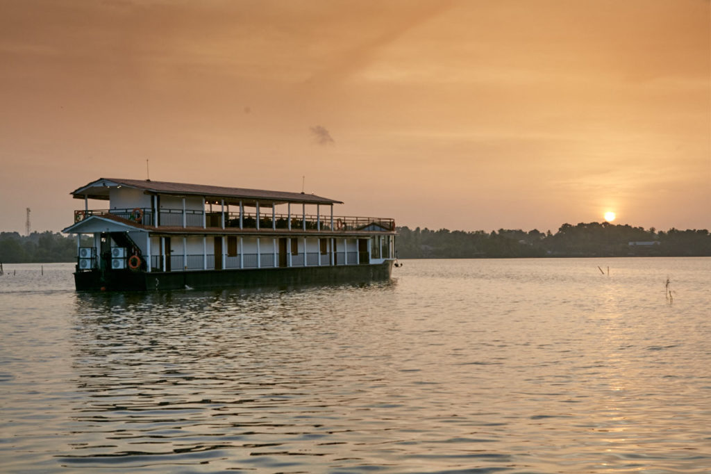 Flow Houseboat at sunset